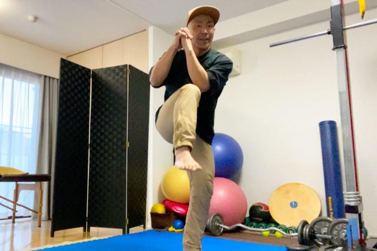 squat-twist-knee-touch